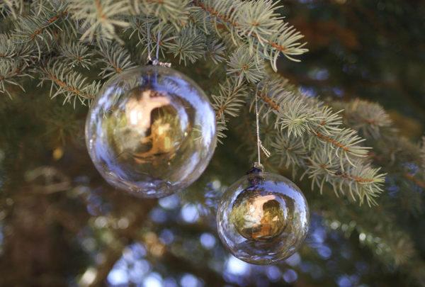 Adorno de Navidad creado a partir de una bola transparente con otra de color marrón en su interior.