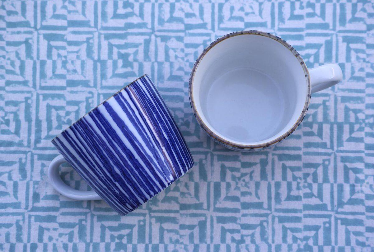 Mantel de algodón estampado a mano con las antiguas técnicas de tribus. Tonalidades azules.