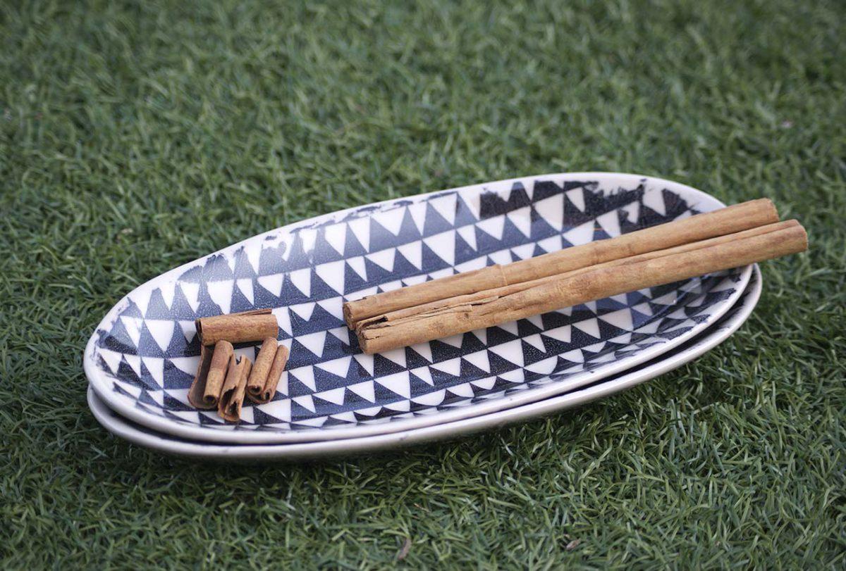 bandeja de servir de cerámica realizada artesanalmente con dibujos étnicos.